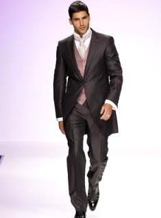 Fuentecapala 2010 - Chaqueta larga con chaleco y corbata, camisa cuello cisne