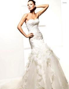 La Sposa 2010 - Laura, vestido largo en encaje y tule, falda abierta con sobretelas, escote palabra de honor