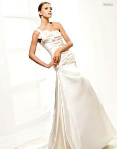 La Sposa 2010 - Lausana, vestido largo de cuerpo drapeado, escote transversal con aplique floral