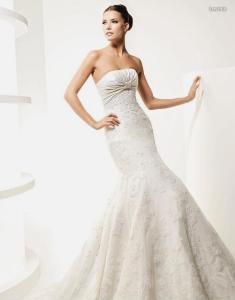 La Sposa 2010 - Lavinia, vestido largo con bordados, escote palabra de honor recto, detalle bajo el busto