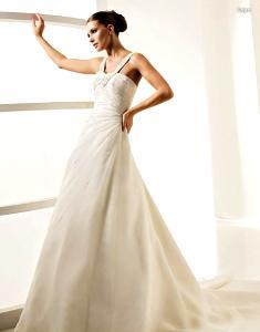 La Sposa 2010 - Laya, vestilo largo de corte princesa, sencillo, con escote en V en pedrería