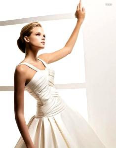 La Sposa 2010 - Lema, vestido largo de corte princesa, en seda, de líneas cruzadas