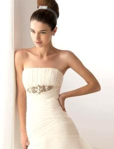 Aire Collection 2010 - Bahamas, vestido comprido corte sereia em seda, sem alças, broche em prata e pedras preciosas