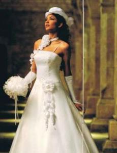 Tati Mariage 2009 - Lairelle, robe longue de coupe princesse, à décolleté droit, applique florale